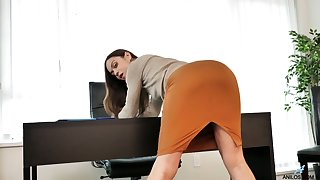 Earthy lady Alyssa Reece undresses and pets the brush slit on the directors