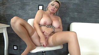 Mature sex bomb MILF mammy with sexy body