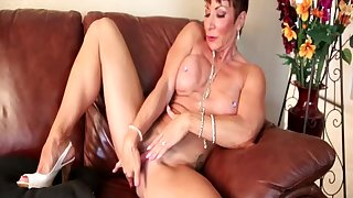 Unequalled matured amateur spreads her arms to simian her love tube